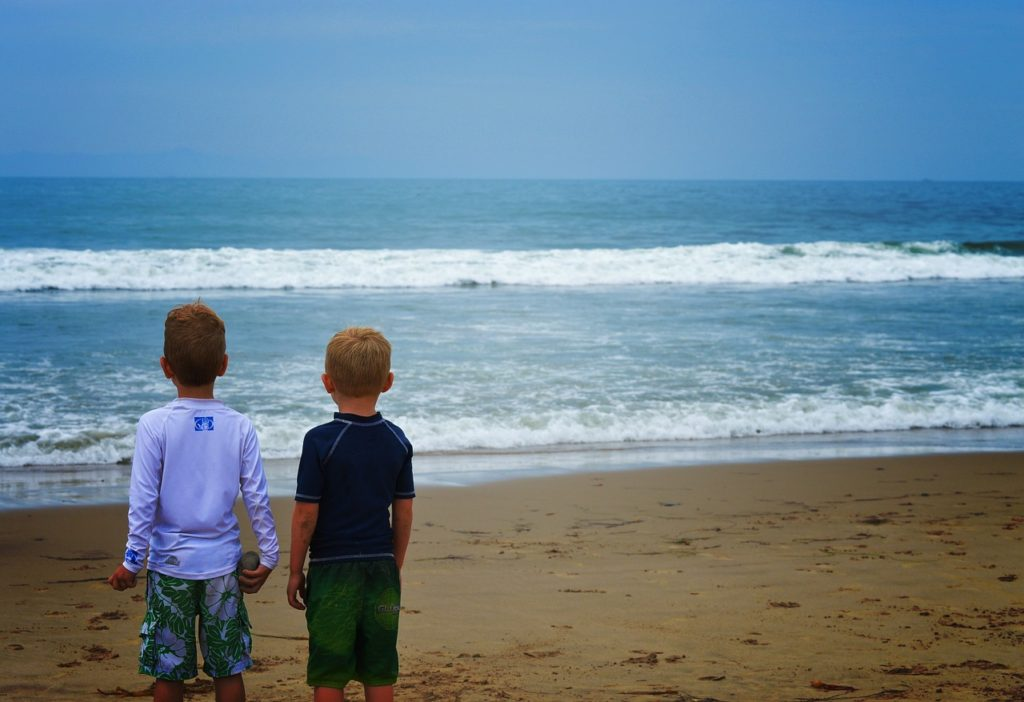 kids looking at the ocean
